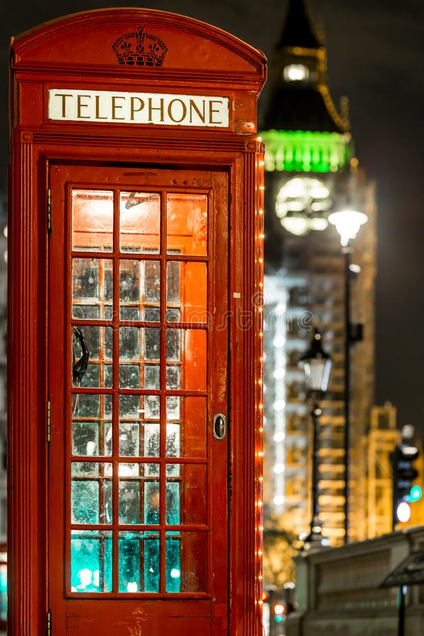 Noël a décoré le bos classique de téléphone à Westminster, Londres image libre de droits