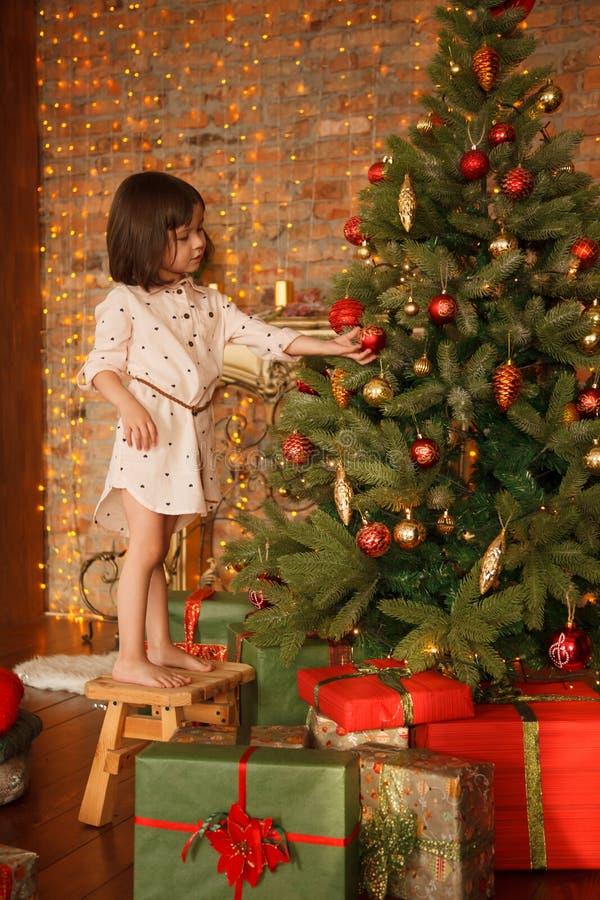 Noël décorant la fille peu d'arbre photos libres de droits