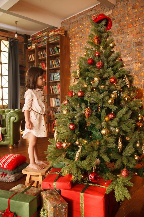 Noël décorant la fille peu d'arbre image libre de droits
