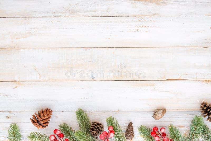 Noël décorant les éléments et l'ornement rustiques sur la table en bois blanche photos stock