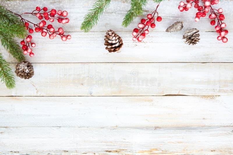 Noël décorant les éléments et l'ornement rustiques sur la table en bois blanche avec le flocon de neige images stock