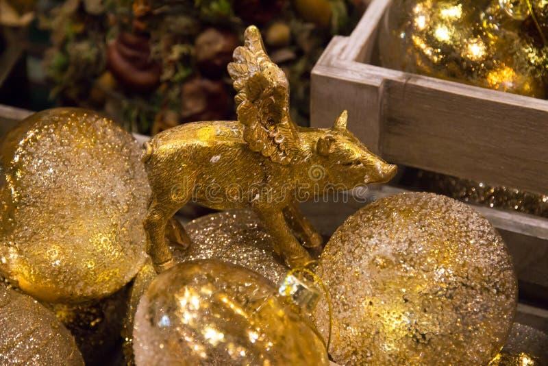 Noël, décorations d'or de nouvelle année avec la fin de porc  photographie stock