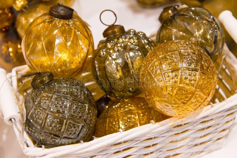 Noël, décorations jaunes d'or de boules en verre de nouvelle année dans le panier photo libre de droits