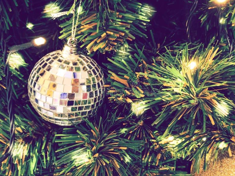 Noël d'ornement décorent à l'arbre de Noël l'allumage à silen photographie stock