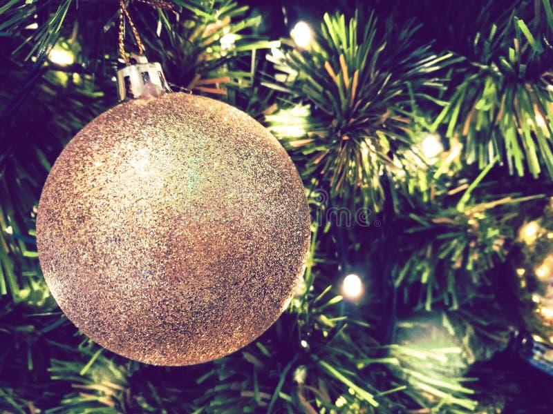 Noël d'ornement décorent à l'arbre de Noël l'allumage à silen photographie stock libre de droits