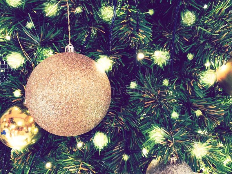 Noël d'ornement décorent à l'arbre de Noël l'allumage à silen photo libre de droits