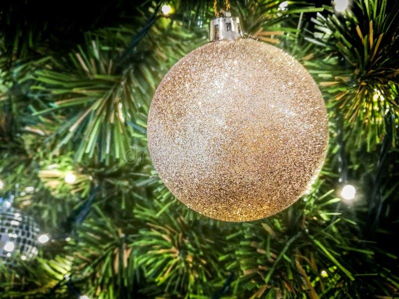 Noël d'ornement décorent à l'arbre de Noël l'allumage à silen image libre de droits