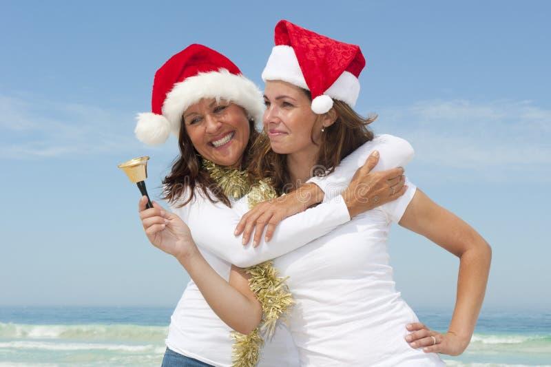 Noël de descendant de mère à la plage image stock