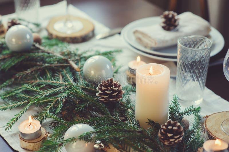 Noël de fête et la nouvelle année ajournent l'arrangement dans le style scandinave avec les détails faits main rustiques dans des images stock