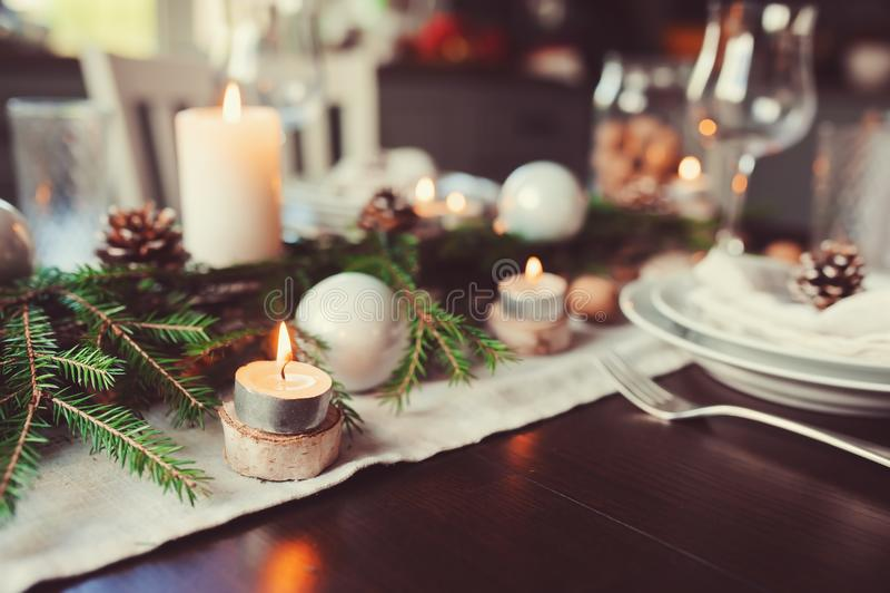 Noël de fête et la nouvelle année ajournent l'arrangement dans le style scandinave avec les détails faits main rustiques dans des image libre de droits