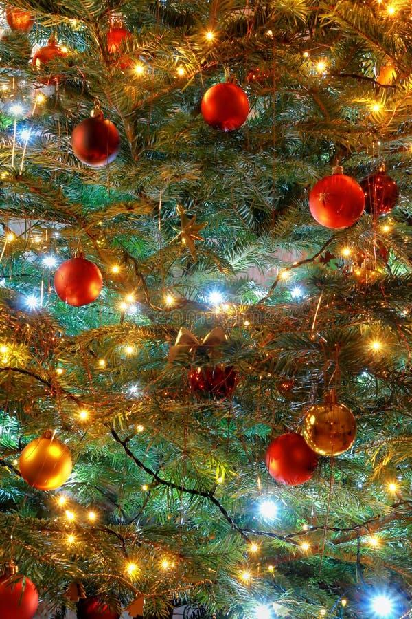Noël de fond de l'allumage avec des décorations photographie stock