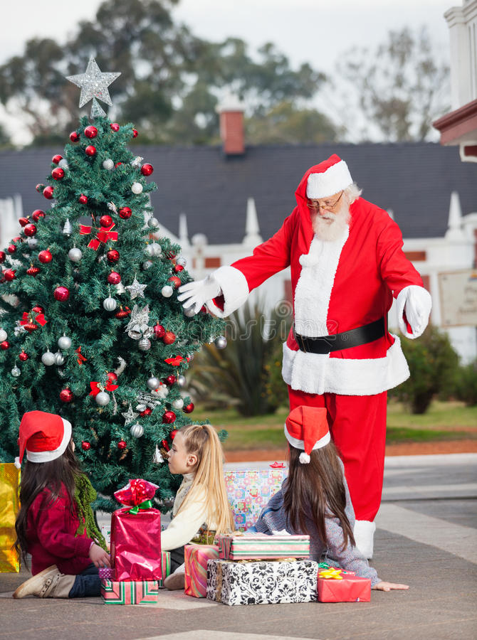 Noël De Santa Claus Gesturing At Children By Photographie stock