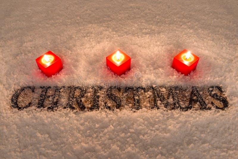 Noël de Word avec la neige et les bougies photos stock