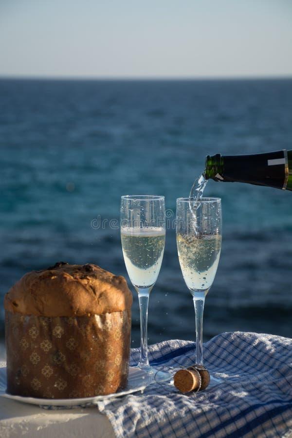 Noël doux de fruit et la nouvelle année durcissent le panettone avec deux verres de champagne images stock