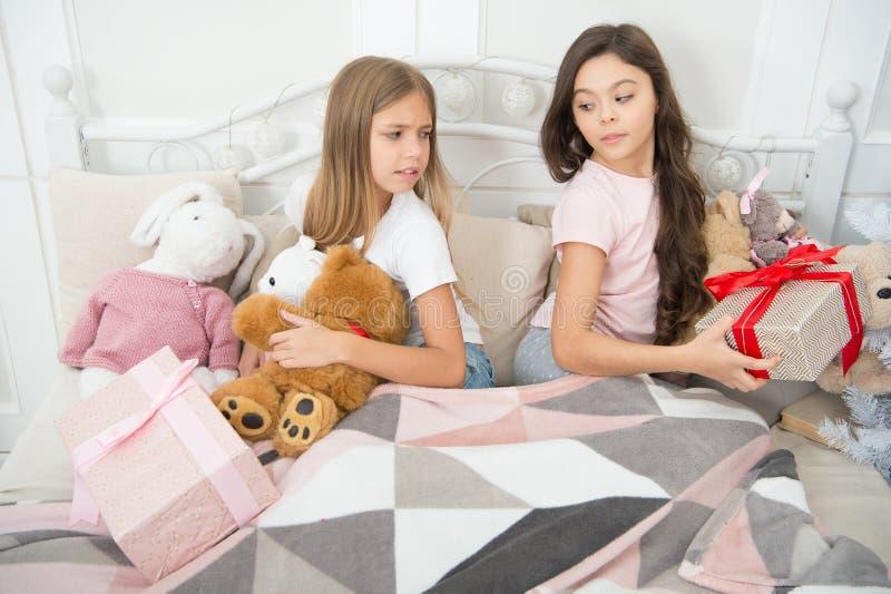 Noël est une fois par an un cadeau magique Les petits enfants heureux tiennent des boîte-cadeau Surprise d'an neuf Peu filles ave photo libre de droits