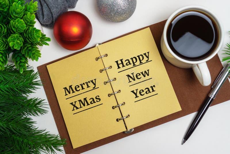 Noël et bonne année sur le bloc-notes avec du café et des décorations de Noël photographie stock libre de droits
