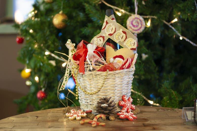 Noël et cadeaux et paniers de nouvelle année avec des bonbons, alcool, c photos stock