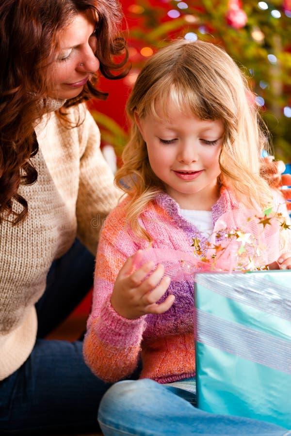 Noël - famille avec des cadeaux sur Noël Eve photographie stock libre de droits