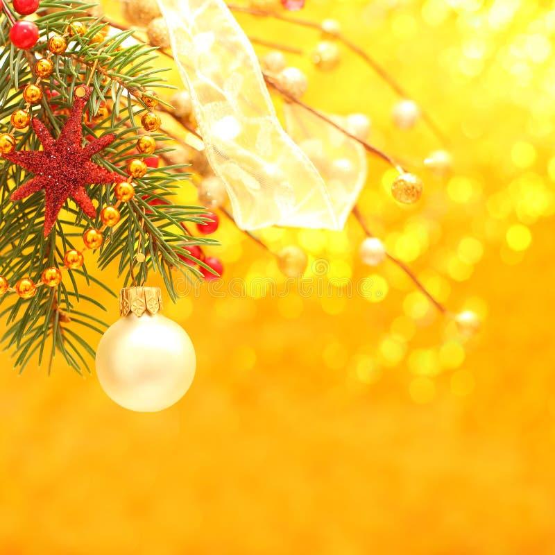 Noël - fond d'or avec le décor photographie stock libre de droits