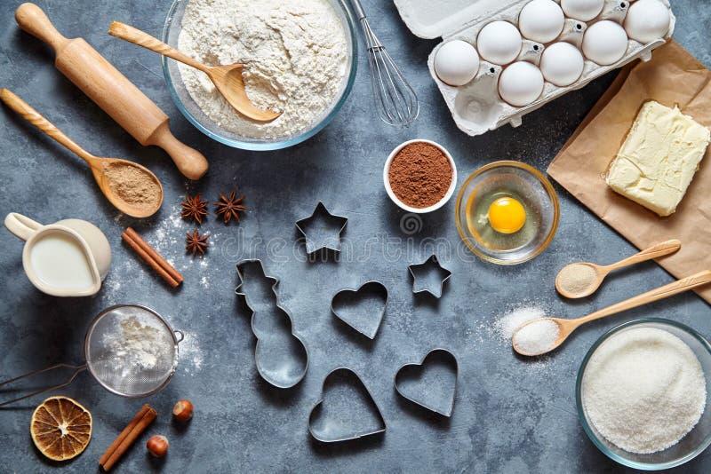 Noël - fond de gâteau de biscuits de pain d'épice de cuisson Ingrédients et décorations de la pâte sur la table d'en haut photos stock