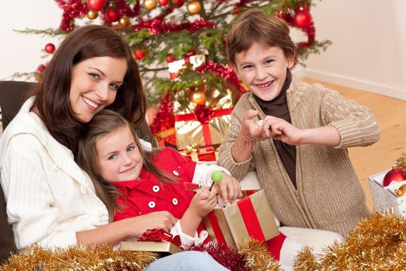 Noël : mère avec le fils et le descendant photographie stock libre de droits