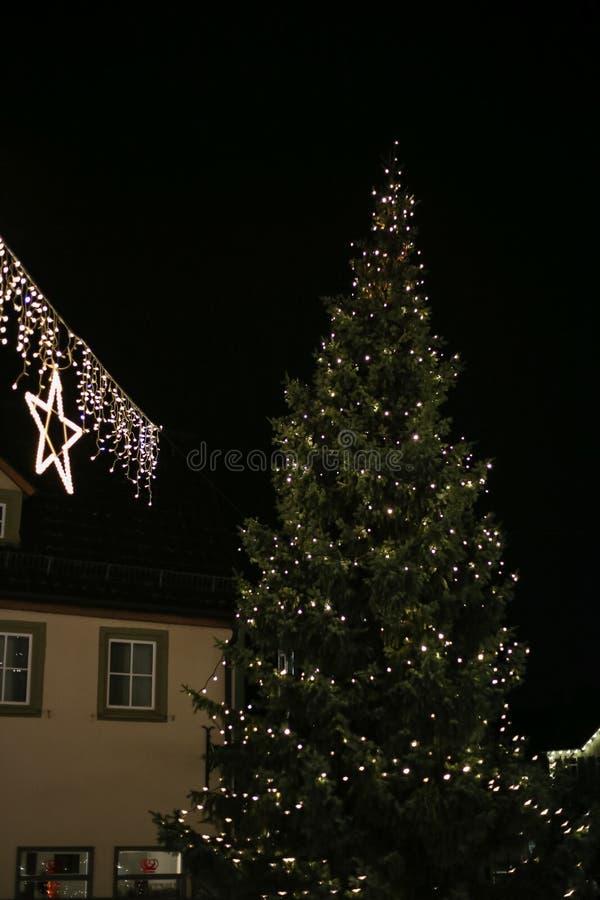 Noël a mené des étoiles de lampes au néon et des arbres de Noël dans le CIT historique photographie stock libre de droits