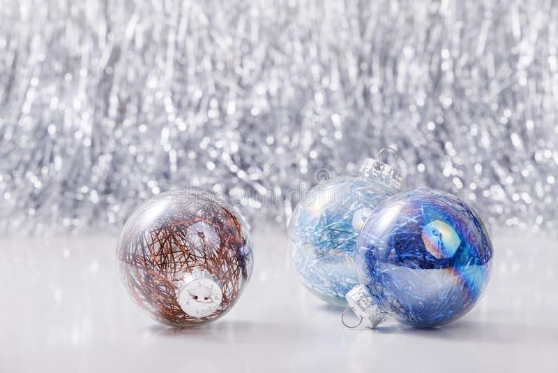 Noël ornemente des boules sur le fond de bokeh de scintillement avec l'espace pour le texte Noël et bonne année photos libres de droits