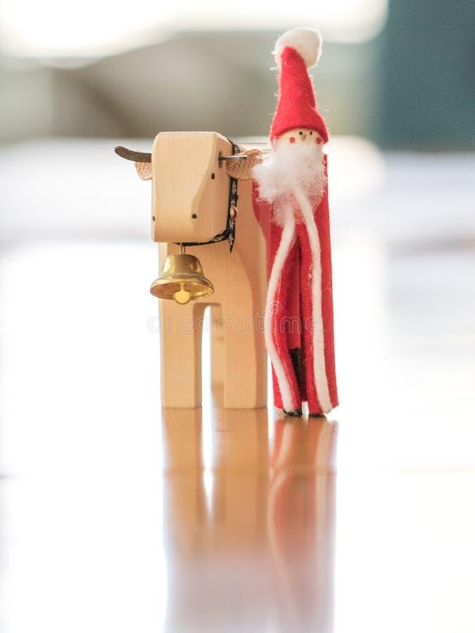 Noël ornemente Santa Claus Walking avec une vache et une cloche photos libres de droits