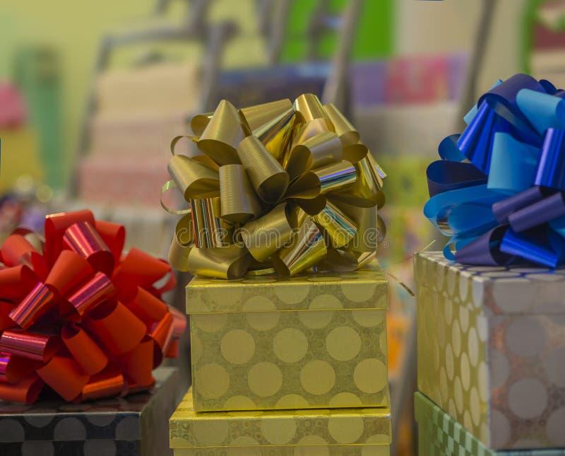 Noël ou les cadeaux d'anniversaire présentent la boîte d'or avec le rouge bleu et photographie stock libre de droits