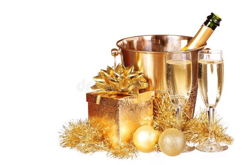 Noël ou réveillon de la Saint Sylvestre Présents de Champagne et d'or image stock
