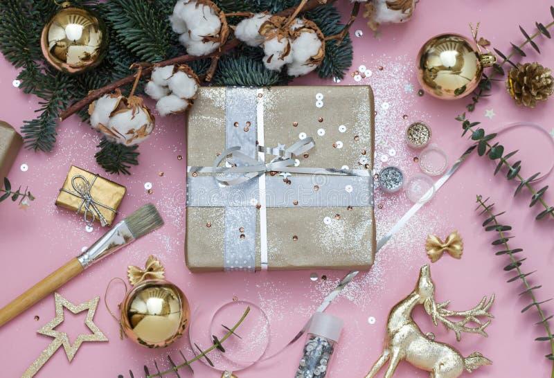 Noël rose-clair, nouvelle année enveloppant la préparation dépouillent la configuration avec des paillettes, le scintillement, de image stock