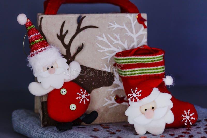 Noël a senti des jouets sur un fond gris, jouet Santa Claus, chaussette de Noël pour des cadeaux images libres de droits