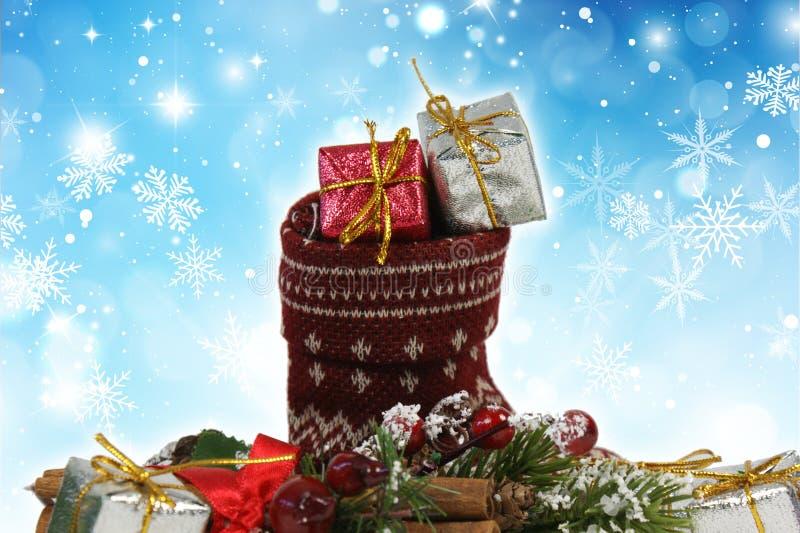 Noël stockant complètement des cadeaux sur un fond de flocon de neige photos libres de droits