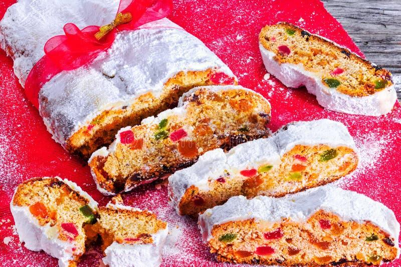 Noël Stollen, gâteau allemand traditionnel de Noël avec les fruits, les écrous, les épices sèches et le sucre glace décoré du rou photographie stock libre de droits