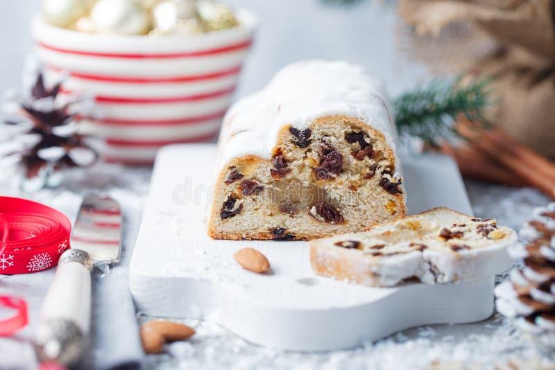 Noël stollen le gâteau avec du sucre glace, le massepain et les raisins secs Pâtisserie traditionnelle de Dresdner le Christ Fin  photographie stock libre de droits
