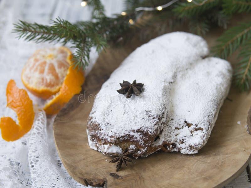Noël stollen sur le fond blanc avec les brindilles et les mandarines impeccables Pâtisserie de fête de Noël traditionnel, dessert photos libres de droits