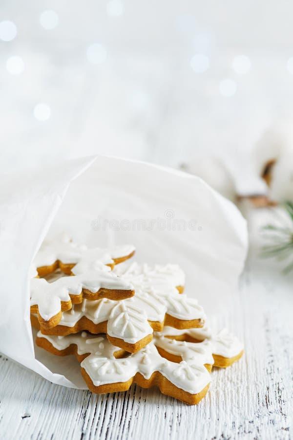 Noël traite le concept Une pile de biscuits faits maison de pain d'épice images stock