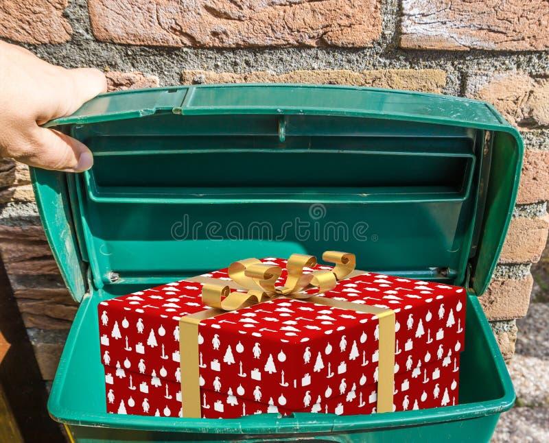 Noël une boîte enveloppée décorée de cadeau de Noël dans une boîte aux lettres verte classique photographie stock