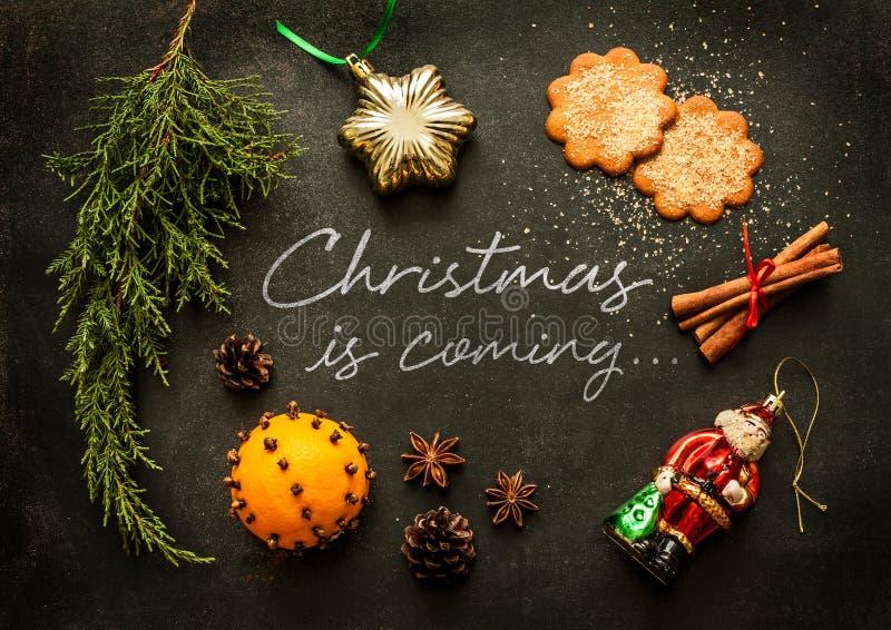 Noël vient - conception d'affiche ou de carte postale photo stock
