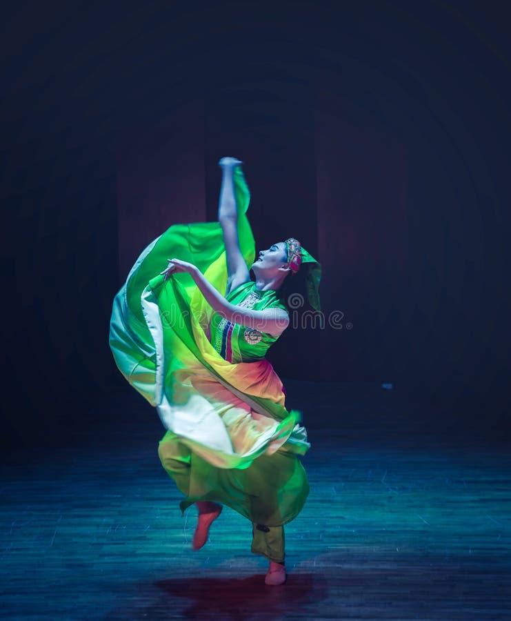 Nożnego strajka Yi ludowy taniec zdjęcia stock