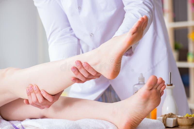 Nożny masaż w medycznym zdroju zdjęcie royalty free