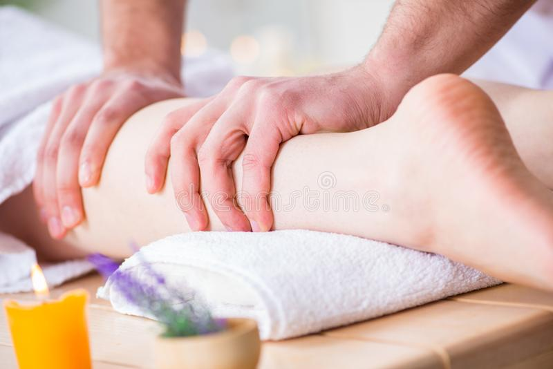 Nożny masaż w medycznym zdroju zdjęcia stock