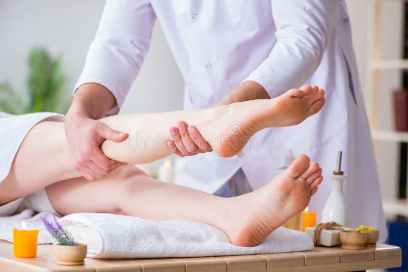 Nożny masaż w medycznym zdroju obrazy royalty free