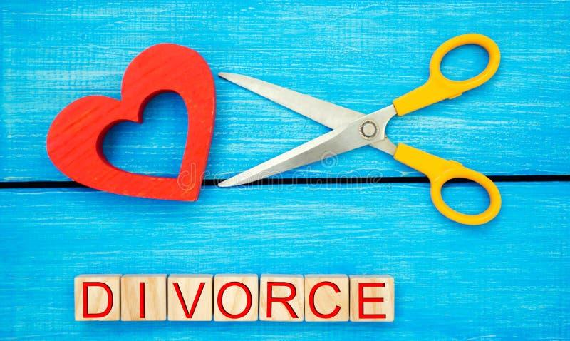 Nożyce cią serce wpisowy ` rozwodu ` pojęcie łamań powiązania, bełty wiarołomność, zdrada kasowanie m zdjęcie royalty free