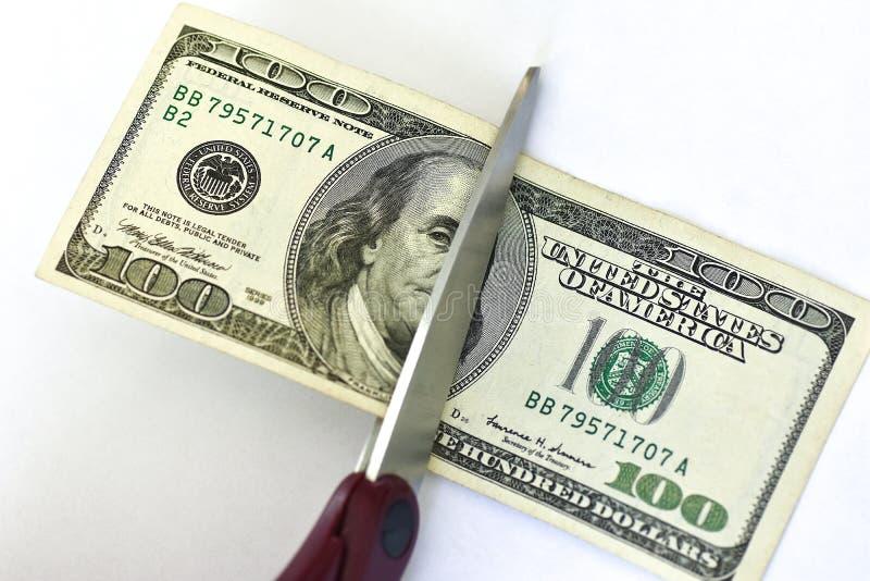 Nożyce cią sto dolarowych rachunków na białym tle fotografia royalty free