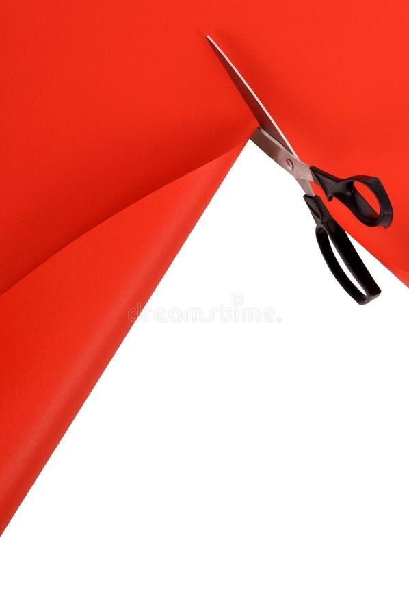 Nożyce ciie czerwieni papierowego tło, biel kopii przestrzeń, pionowo obraz royalty free