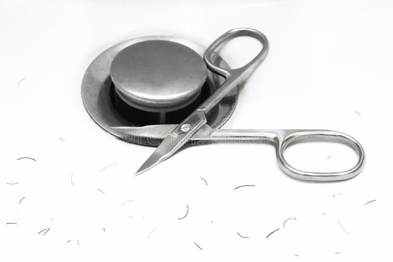 Nożyce i rżnięty wąsy włosy na dnie zlew z kopii przestrzenią dla twój teksta obraz royalty free