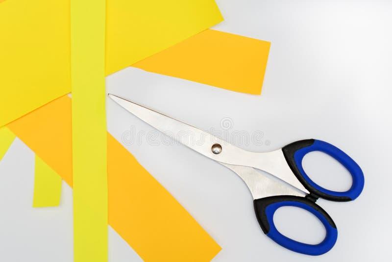 Nożyce z błękitnymi rękojeściami na bielu fotografia stock