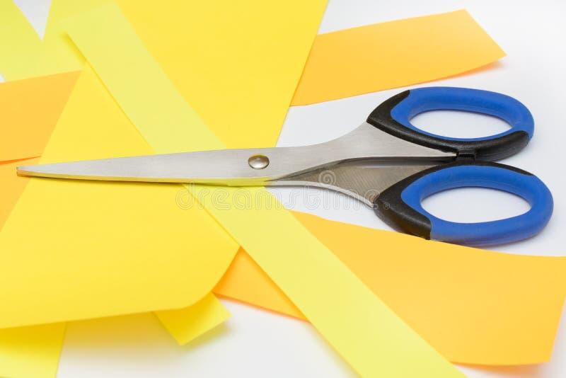 Nożyce z błękitnymi rękojeściami na bielu zdjęcie royalty free