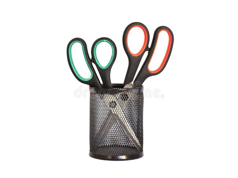 Nożyce z czerwieni i zieleni rękojeścią w czarnym metalu właścicielu Jest obrazy stock
